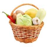Wenig Korb mit Gemüse Lizenzfreies Stockbild