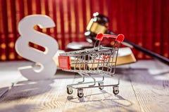 Wenig Laufkatze - Handwagen mit den Symbolen des Gesetzes lizenzfreie stockfotos