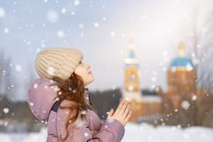 Wenig Mädchen betet vor der Kirche lizenzfreie stockbilder