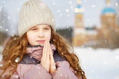 Wenig Mädchen betet vor der Kirche stockfotos