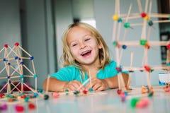 Wenig Mädchen, das geometrische Formen, Technik und STAMM macht stockbilder