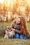 Wenig Mädchen, das ihren Freund ein Hund im Freien umarmt stockfoto