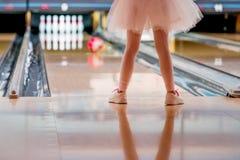 Wenig Mädchen im Ballettröckchen-Bowlingspiel lizenzfreie stockfotografie