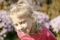 Wenig Mädchen mit dem weißen Haar lächeln heller Hintergrund kein Fokus lizenzfreie stockbilder