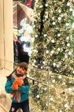 Wenig Mädchen mit ihrer Handpuppe, glücklich über Weihnachten stockfoto
