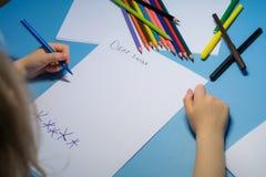 Wenig Mädchen schreibt einen Brief zu Sankt stockfotografie