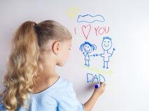 Wenig M?dchen zeichnet Familie Gl?ckliche Vatertagskarte lizenzfreies stockfoto