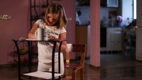 Wenig Mädchenblondine zeichnet mit Bleistiften stock video