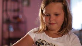 Wenig Mädchenblondine zeichnet mit Bleistiften Unscharfer Hintergrund ?-? verlieren-oben stock video