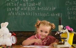 Wenig Mädchenstudie in der Schule Schulmädchenstudienzeichnung im Klassenzimmer Für ein besseres Morgen heute studieren lizenzfreie stockfotografie