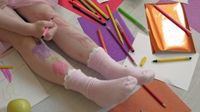 Wenig M?dchen zeichnet auf ihre F??e mit Filzstiften, die Kreativit?t der Kinder, Entwicklung stock video