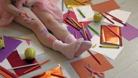 Wenig M?dchen zeichnet auf ihre F??e mit Filzstiften, die Kreativit?t der Kinder, Entwicklung stock video footage