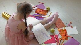Wenig M?dchen zeichnet mit Bleistiften, die Kreativit?t der Kinder, Entwicklung stock video