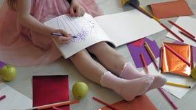 Wenig M?dchen zeichnet mit Bleistiften, die Kreativit?t der Kinder, Entwicklung stock footage