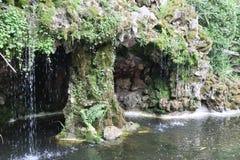 Wenig magischer Wasserfall in einem französischen Garten lizenzfreie stockfotografie