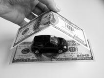 Wenig Maschine unter den Rechnungen des Geldes lizenzfreies stockbild