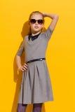 Wenig Mode-Modell, das im Sonnenlicht aufwirft Stockfoto