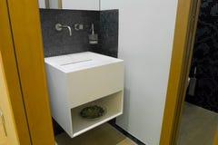 Wenig modernes Badezimmer Stockfoto