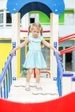 Wenig nette Mädchenspiele auf dem Spielplatz Das Konzept der Kindheit, Lebensstil, Erziehung, Kindergarten lizenzfreie stockfotografie