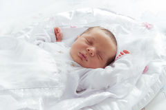 Wenig neugeborenes Schlafen Stockfotografie