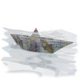 Wenig Papierboot mit 10 Pfund Sterling Stockfoto