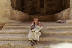 """Wenig PETRA, Jordanien-†""""am 20. Juni 2017: Alter beduinischer Mann oder Arabermann in der traditionellen Ausstattung, sein Musi Lizenzfreie Stockfotos"""