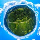 Wenig Planetenansicht von Vosges-Bergen in Elsass, grüne Erdewi Stockfotos