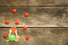 Wenig Puppe, die rote Herzen hält Valentinsgruß `s Tag Stockbild