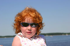Wenig Redhead mit einer Fluglage Lizenzfreie Stockfotos