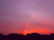 Wenig Regenbogen, Sonnenaufgangsonnenuntergangzeiten Mehrfarbenregenbogen auf dem rosa Himmel Lizenzfreie Stockbilder