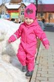 Wenig reizende 2 Jahre Mädchen geht in warme Kleidung in der Winterzeit Stockfotografie