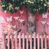 Wenig rosa Garten mit Zaun und butterfy Noch Leben 1 stockfoto