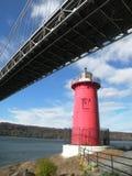 Wenig roter Leuchtturm unter George Washington Bridge in NYC lizenzfreie stockfotos