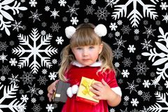 Wenig schönes Mädchen in einer Weihnachts-Sankt-Klage, mit Pelzbällen auf ihrem Kopf, hält Geschenke in ihren Händen und freut si lizenzfreies stockfoto