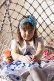 Wenig schönes Mädchensitzen stockfoto