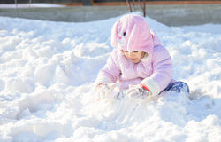 Wenig Schulmädchen, das mit Schnee spielt Stockfotos
