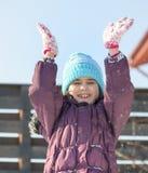 Wenig Schulmädchen, das mit Schnee spielt Stockfotografie