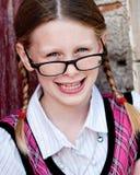 Wenig Schulmädchen mit Gläsern Stockfotos