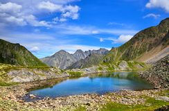 Wenig See mit schöner Farbe des Wassers in Sibirien Lizenzfreies Stockbild