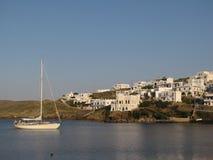Wenig Segeljacht verankert nahe einer Griechenland-Seestadt Stockbild