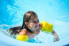 Wenig Spaßmädchen ist Swimmingpool Stockfoto