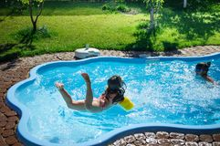 Wenig Spaßmädchen ist Swimmingpool Lizenzfreies Stockbild
