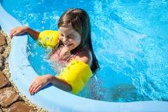 Wenig Spaßmädchen ist Swimmingpool Lizenzfreie Stockbilder