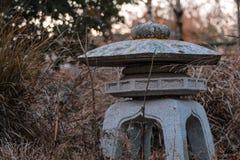 Wenig Steinskulptur im Wildflowergarten stockfotografie