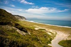 Wenig Straßenweg, der zu sandigen azkorri Strand im baskischen Land, Spanien führt Lizenzfreies Stockbild