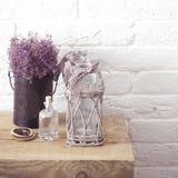 Wenig Tabelle verziert mit Kerzenlicht, Vase und Büchern Stockbilder
