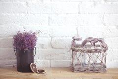 Wenig Tabelle verziert mit Kerzenlicht, Vase und Büchern Stockbild