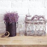Wenig Tabelle verziert mit Kerzenlicht, Vase und Büchern Lizenzfreie Stockbilder