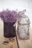Wenig Tabelle verziert mit Kerzenlicht, Vase und Büchern Stockfotografie