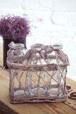 Wenig Tabelle verziert mit Kerzenlicht, Vase und Büchern Lizenzfreies Stockfoto